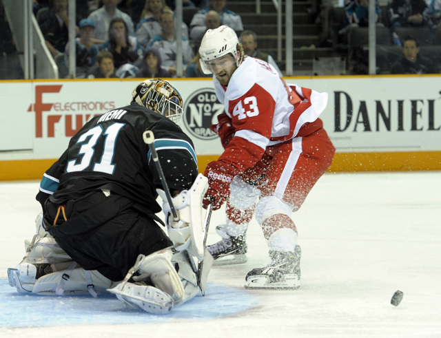 Sharks clip Wings, 2-1, in Game 2