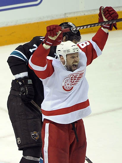 Wings beat Sharks, 4-3, in Game 5