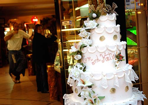 tom cruise and katie holmes wedding photos. A mock wedding cake for Tom